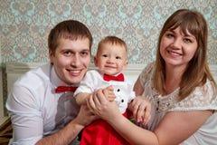 与婴孩的家庭在屋子里 一起妈妈、爸爸和儿子 图库摄影