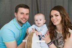 与婴孩的愉快的年轻可爱的家庭 免版税库存图片