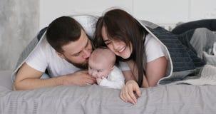 与婴孩的愉快的年轻微笑的家庭戏剧 影视素材