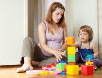 与子项的怀孕的母亲作用 免版税库存图片