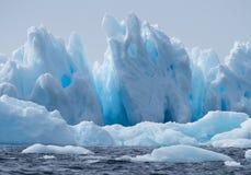 与孔的冰山和钉在明亮的蓝色 免版税库存照片