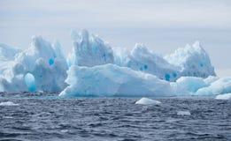 与孔的冰山在远处 免版税库存图片