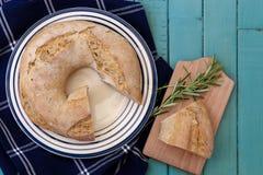 与孔的圆的土豆罗斯玛丽面包 免版税库存照片