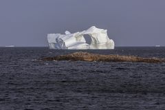 与孔的大冰山;Fogo海岛 图库摄影