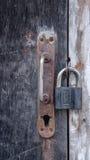 与孔的抽象木背景和锁定螺丝钉、把柄、老城堡和纹理铁锈橙色棕色与斑点 库存照片