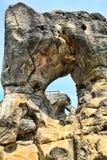 与孔的砂岩岩石 图库摄影