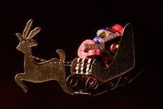 与存在的圣诞老人的雪橇 免版税库存照片