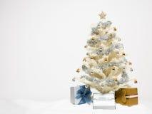 与存在的白色圣诞节结构树 库存图片