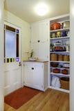 与存贮的餐具室视图在小走廊搁置 图库摄影