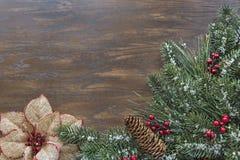 与季节性圣诞节主题的边界的木背景 免版税库存图片