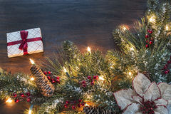 与季节性圣诞节主题的边界的木背景 库存图片