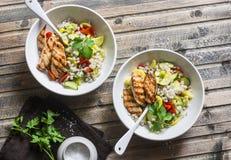 与季节性庭院菜和烤鸡的大麦米在木背景,顶视图 健康平衡的食物 免版税图库摄影