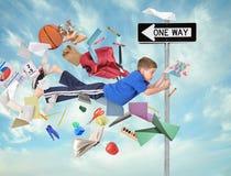 与学校用品的晚男孩飞行急忙 免版税图库摄影
