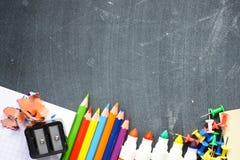 与学校用品的黑板背景建议回到学校季节 图库摄影