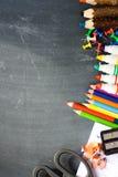 与学校用品的黑板背景建议回到学校季节 免版税库存图片