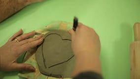 与学生的大师由黏土做纪念品 在艺术车间工作过程,与黏土一起使用 影视素材