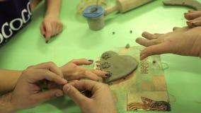 与学生的大师由黏土做纪念品 在艺术车间工作过程,与黏土一起使用 股票视频