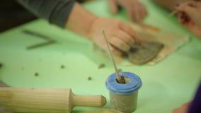 与学生的大师由黏土做纪念品 在艺术车间工作过程,与黏土一起使用 股票录像