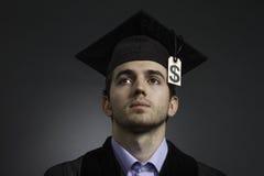 与学费价牌的大学毕业生,水平 免版税库存照片