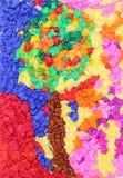 与孩子做的皱纹纸的五颜六色的树 库存图片