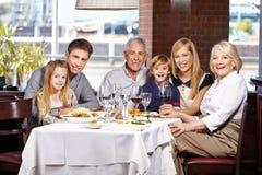 与孩子和前辈的家庭 免版税库存图片