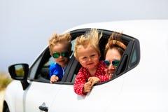 与孩子旅行的家庭乘汽车 免版税图库摄影