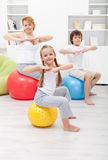 与孩子的体操锻炼 免版税库存图片