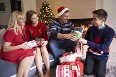 与孩子的圣诞节时间 免版税库存图片