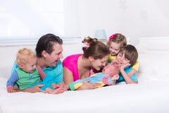 与孩子的大家庭在床上 免版税库存图片