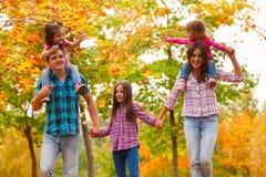 与孩子的妈妈步行在秋天槭树森林里 库存图片