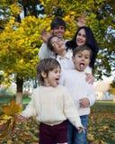 与孩子的愉快的家庭在公园 图库摄影