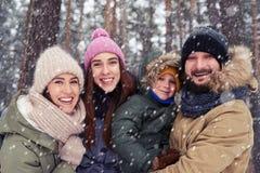 与孩子的愉快的对获得乐趣户外在冬天反对多雪 库存图片