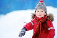 与孩子的户外激活休闲在冬天 免版税库存照片