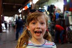 与孩子的旅行-女孩在Souk 库存照片