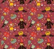 与孩子的无缝的万圣夜样式服装的 巫婆和南瓜背景 免版税库存图片