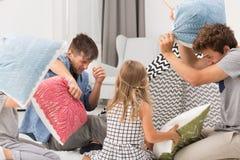 与孩子的枕头战 免版税库存照片