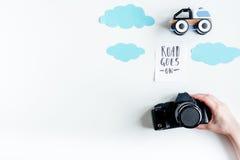 与孩子的飞行的旅行有文本的照片照相机白色背景顶视图空间的 图库摄影