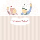与孪生小男孩和女孩的婴儿送礼会看板卡, 免版税图库摄影