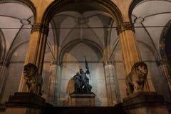 与它典型的狮子雕象的Feldherrnhalle纪念碑在晚上在慕尼黑,德国 免版税库存照片