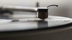 与它的一个电唱机转盘运行沿唱片的` s铁笔 股票录像