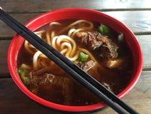 与它的大蠕虫的日本乌龙面牛肉汤喜欢面条、嫩肉和可口汤 一个非常名菜在中国 库存照片