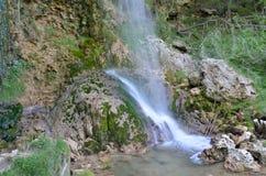 与它的岩石的瀑布 免版税库存照片