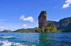 与它的著名岩石峰顶的Ao Nang海湾和Pai Plong靠岸 免版税库存照片