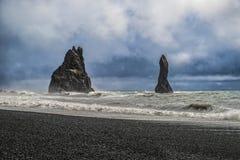 与它的著名拖钓的Reynisfjara海滩 库存照片
