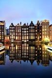 与它的运河边房子和游览小船的荷兰风景 免版税库存图片