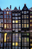与它的运河边房子和游览小船的荷兰风景 免版税图库摄影