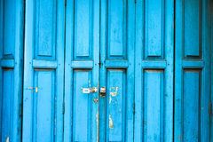 与守旧派锁的古老蓝色门 免版税库存图片