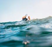 与安全冲浪板绳子的冲浪者脚在波峰 免版税库存照片