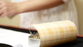 与安全销的针床 妇女裁缝拉扯针床的安全销 工具和辅助部件缝合的 股票视频