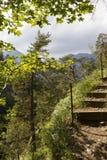 与安全绳索的山行迹 库存照片